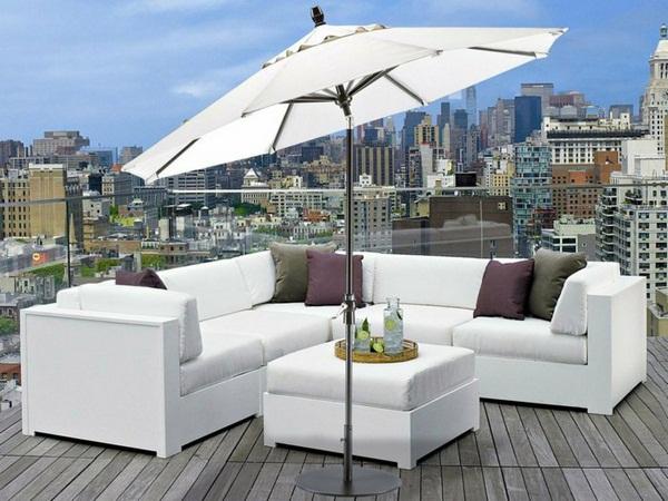 terraza con sombrilla con encanto