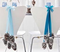 adornos de navidad para sillas de comedor con piñas pintadas