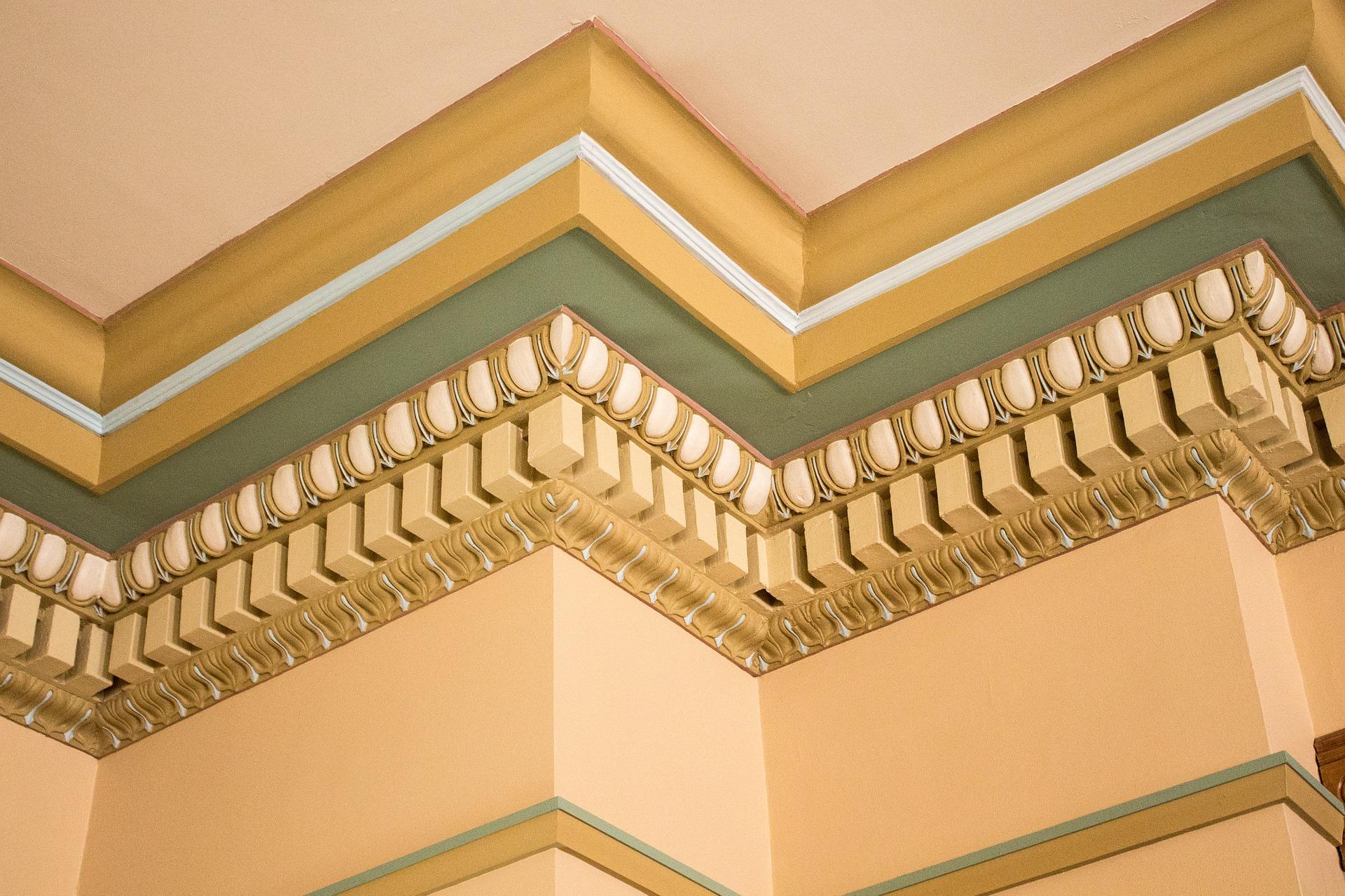 decoracin de techos altos con molduras en la pared