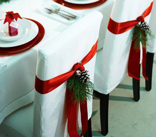 Adornos de navidad para sillas de comedor for Decoracion con pinas secas
